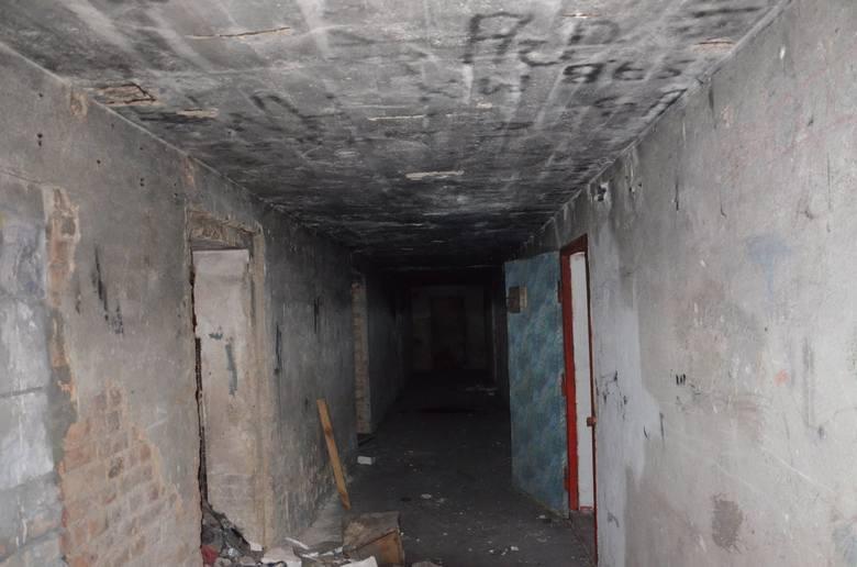 W Kostrzynie nad Odrą przez kilka dni trwała rozbiórka sali gimnastycznej przy gimnazjum nr 1. Budowlańcy po rozebraniu konstrukcji hali, odsłonili schron