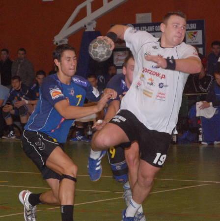 Obrotowy AZS AWF Bartosz Janiszewski zagrał dzisiaj przeciwko swym byłym partnerom z Kwidzyna. Na ,,starych śmieciach'' zdobył cztery gole, lecz razem