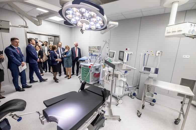 W ciągu roku w szpitalu przy ul. Polnej przyjmuje się około 32 tys. pacjentek i wykonuje ponad 10 tys. operacji ginekologicznych. Modernizacja oddziałów i sal pozwala na zastosowanie bardziej zaawansowanych metod diagnostycznych i terapeutycznych. <br /> <br /> [b]Zobacz kolejne zdjęcie...