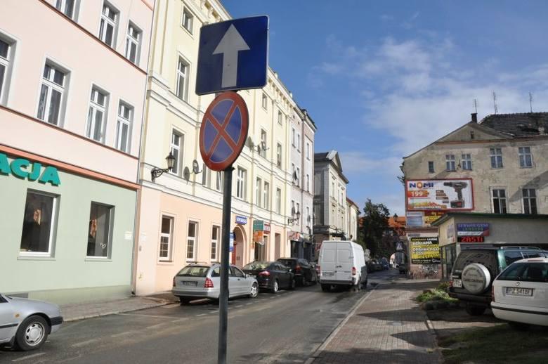 Wprawdzie rewitalizacja kluczborskiego Rynku i Ratusza została przedłużona o miesiąc i w związku z tym potrwa do końca października, ale od dzisiaj samochody