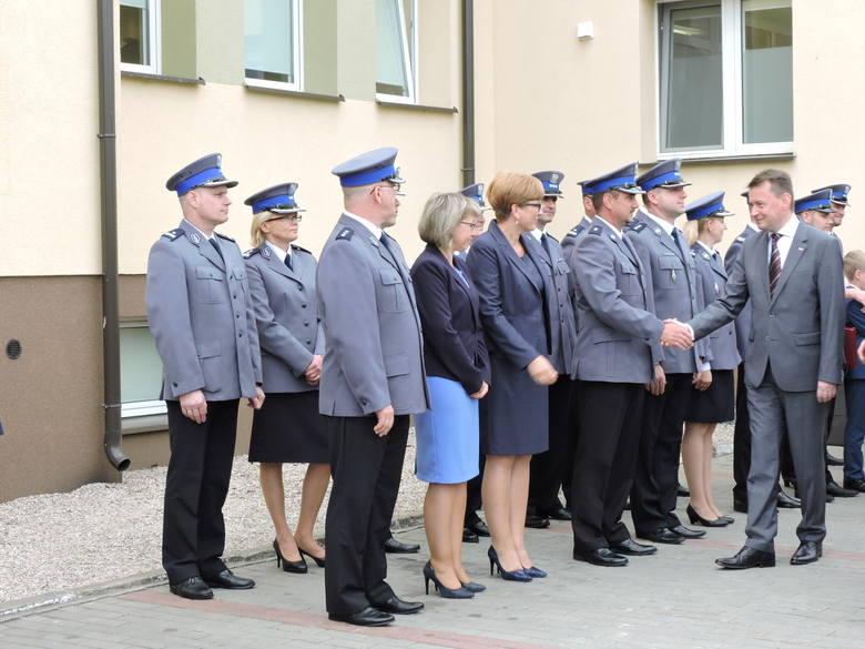 Minister przyjechał, żeby przeciąć wstęgę na budynku przywróconego posterunku w Łysych