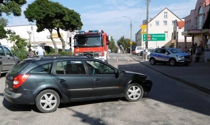 Było to w środę (19.09.2018) na ul. Mickiewicza w miejscowości Biała Piska (powiat piski). Zaparkowany samochód marki Renault Laguna stoczył się i uderzył