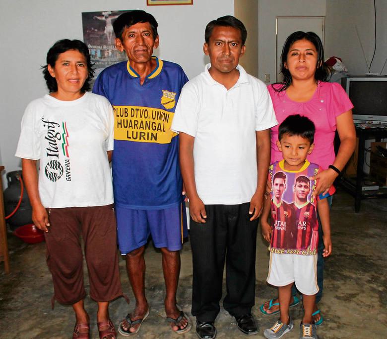 Wilmer (w białej koszulce) ze swoją rodziną w ich domu