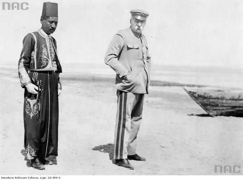 Józef Piłsudski prawdopodobnie nad brzegiem Nilu, lub w oazie Fajum.