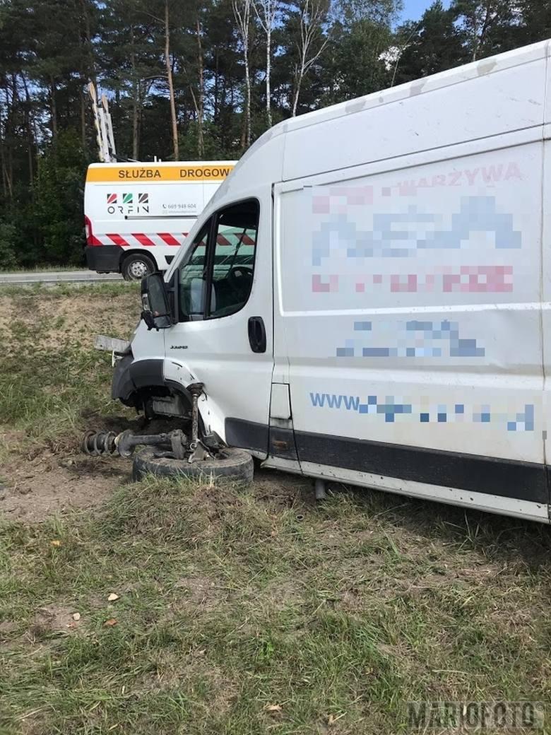 Do wypadku doszło w sobotę około godz. 10 w miejscowości Dąbrowica pod Dobrodzieniem, na drodze krajowej nr 46. Mercedes zderzył się z dostawczym citroenem.