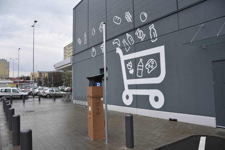 Tarnów. Parking pod Kauflandem tylko dla klientów. Na placu stanęły parkometry, a mieszkańcy bloków zrozpaczeni [ZDJĘCIA]