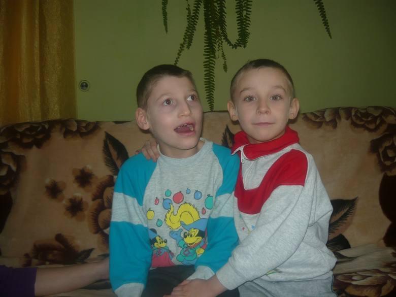 Kacper Wójcik z bratem Mateuszem. Obydwaj  są  bardzo wesołymi, pogodnymi i rozbrykanymi dziećmi