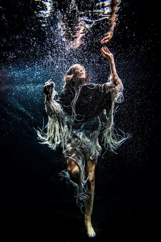Bajkowa fotografia spod wody powstaje… nocą [ZDJĘCIA]