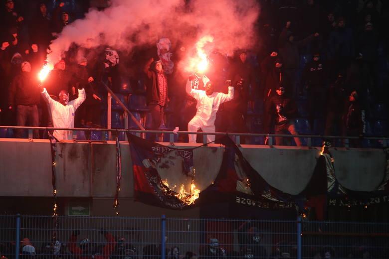 Derby Śląska przerwane, potem zakończone. Kibice Górnika spalili flagi Piasta