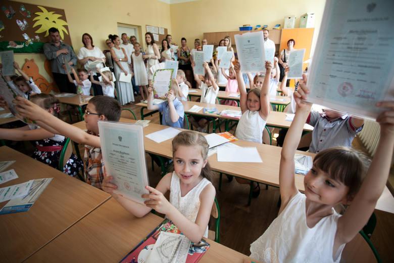 Nowe świadectwa szkolne. Jak będą wyglądać, kiedy uczniowie je dostaną? [SZKOŁA PODSTAWOWA – WSZYSTKIE WZORY]
