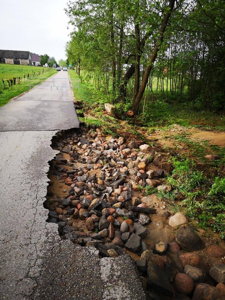 Burze w Podlaskiem 21.05.2019 Skutki nawałnic: Połamane drzewa, zerwane dachy i zalane posesje [ZDJĘCIA]