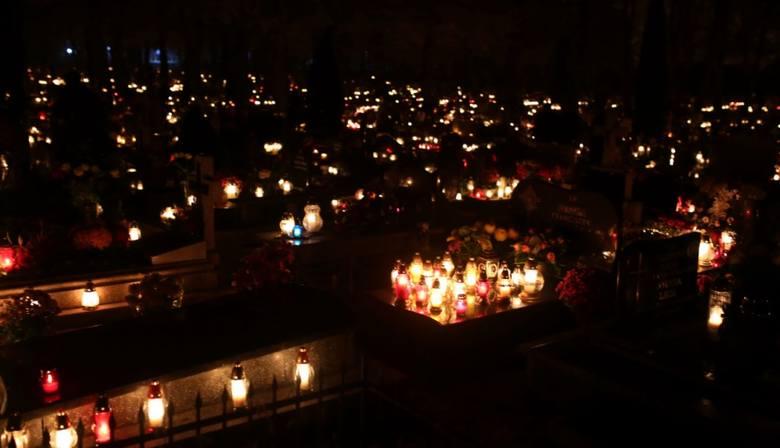 Stary Cmentarz W Chojnicach Nocą Zdjęcia Pomorskapl
