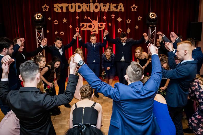 1 lutego w Hotelu Słoneczny Młyn tegoroczni maturzyści z Technikum Handlowego w Bydgoszczy bawili się na studniówce. Zobaczcie zdjęcia z imprezy!&am
