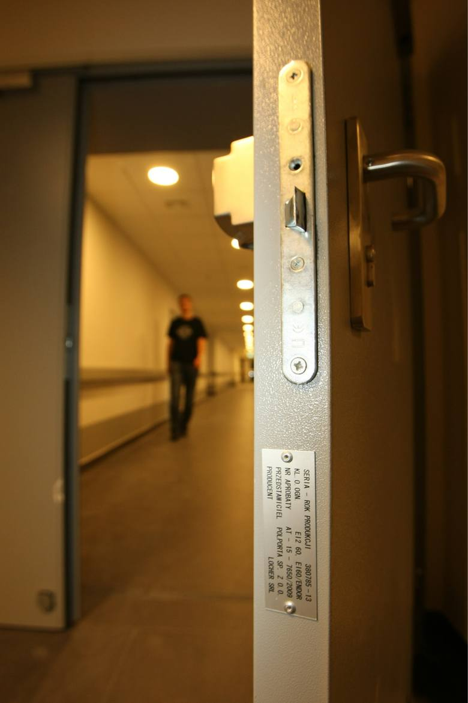 Fałszywe drzwi z Poznania trafiły do budowanego szpitala na wrocławskich Stabłowicach. W 2014 roku, jeszcze przed oddaniem szpitala do użytku, zostały wymienione. Drzwi z poznańskiej Polporty, której pracownikom zarzucono później oszustwa i podrabianie tabliczek znamionowych, trafiły m.in....