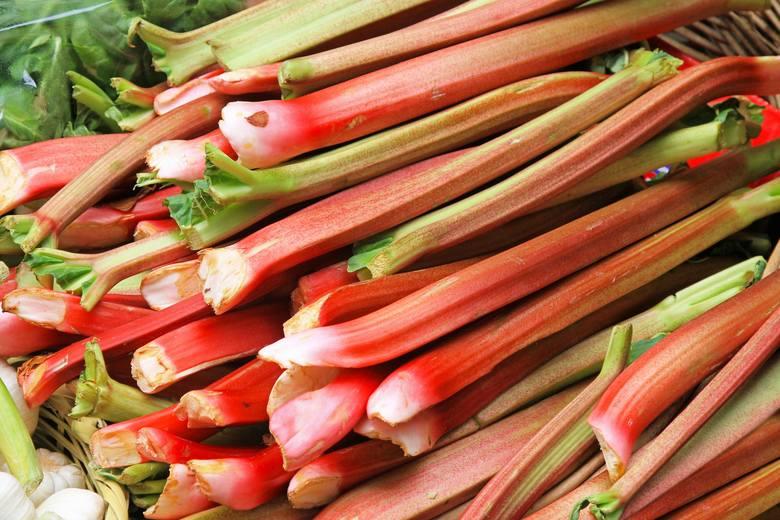 Jednym z bogatszych źródeł szczawianów jest rabarbar. Na szczęście występuje krótko w sezonie – nadmiar kwasu szczawiowego nie jest korzystny nawet dla