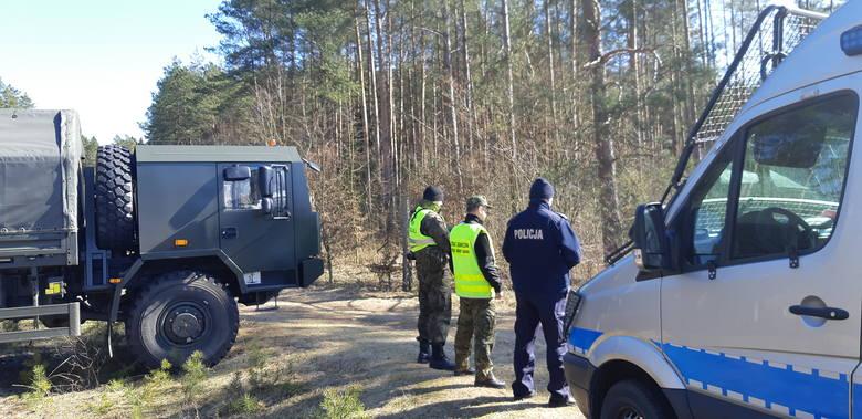 Wojsko strzeże i blokuje drogi dojazdowe do granicy (zdjęcia)