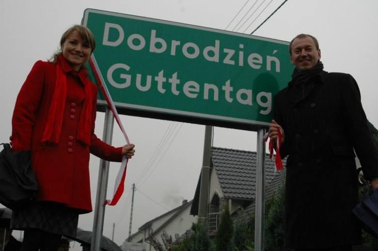 Radna Anna Skuballa i lider Mniejszości Niemieckiej Norbert Rasch przy tablicy na ul. Opolskiej.