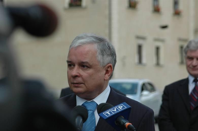 12.05 2008 krakow prezydent rp lech kaczynski  odwiedzil katedre na wawelu i z okazji rocznicy smierci marszal jozef pilsudski, zlozyl kwiaty w krypcie,