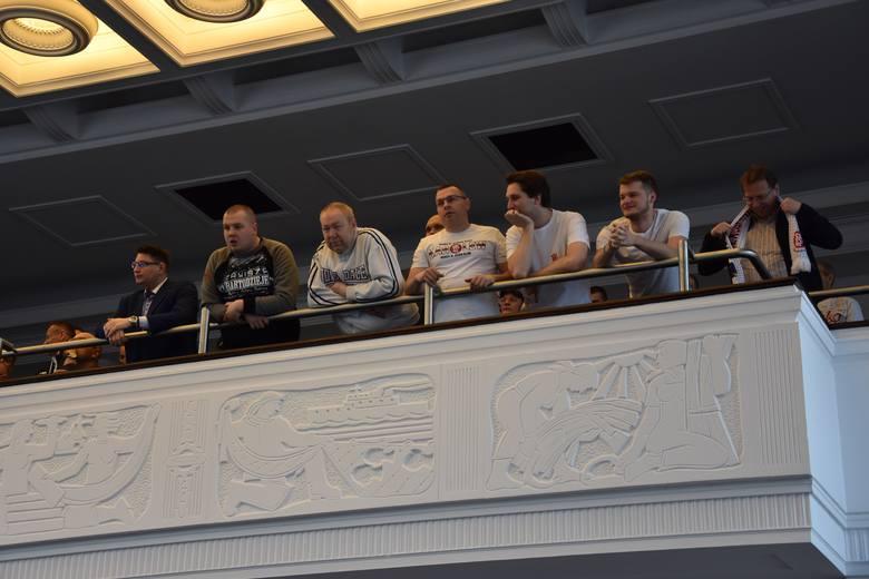 Kibice ŁKS Łódź przyglądali się obradom Rady Miejskiej, podczas której samorząd zwiększył pulę pieniędzy na rozbudowę stadionu przy al. Unii Lubelsk