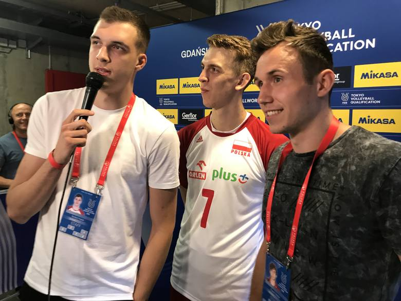 Norbert Huber (z lewej) i Paweł Halaba (z prawej) przepytali po meczu z Tunezją m.in. Artura Szalpuka.