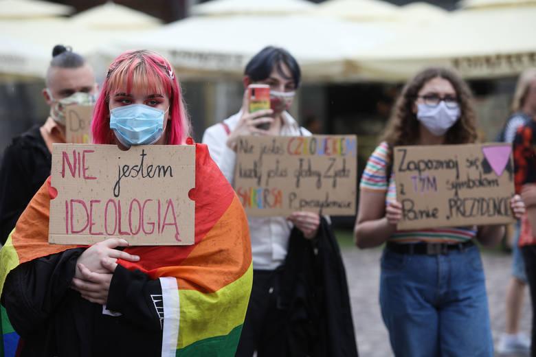 """Radni opozycji w podkarpackim sejmiku oburzeni, że nie powiadomiono ich o piśmie Komisji Europejskiej w sprawie """"stref wolnych od LGBT"""""""