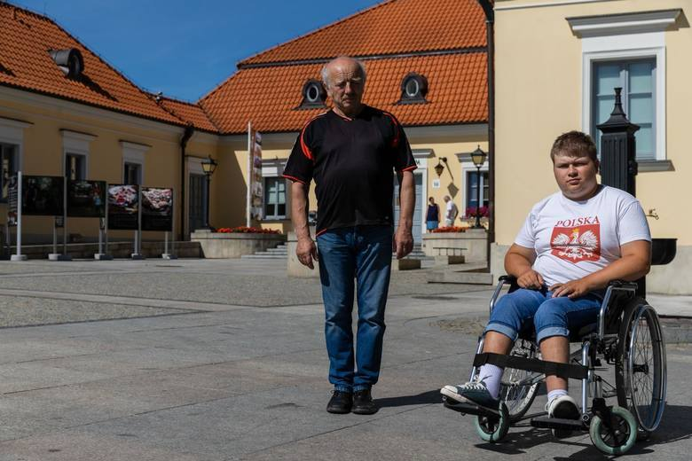 Chciałem zobaczyć Bajm i Sandrę, a nie plecy osób stojących przede mną - mówi poruszający się na wózku Paweł Zajkowski.