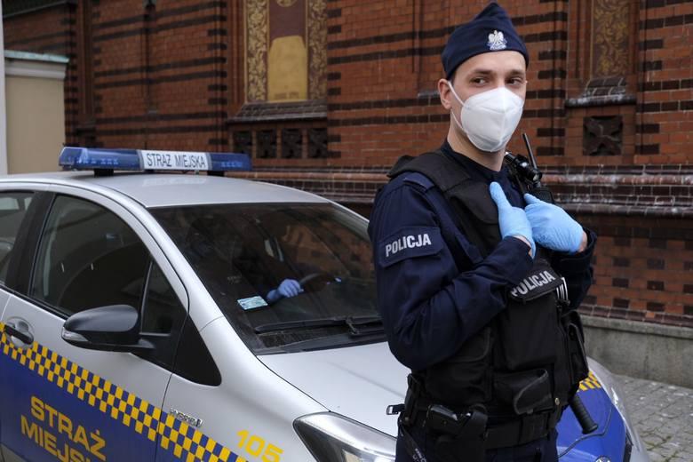 Tak wygląda Toruń po wprowadzeniu nakazu zakrywania ust i nosa. Maseczki pojawiły się na twarzach mieszkańców, pracowników służby miejskich, policji,