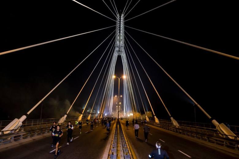 W nocy odbył się Adidas Runners x Warsaw Night Mile. W Warszawie biegano przez Most Świętokrzyski [ZDJĘCIA]