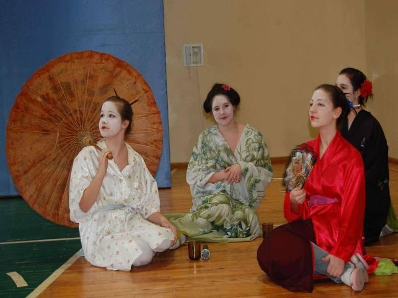 Uczniów z III b zainspirowała kultura Dalekiego Wschodu. Temat potraktowali z przymrużeniem oka