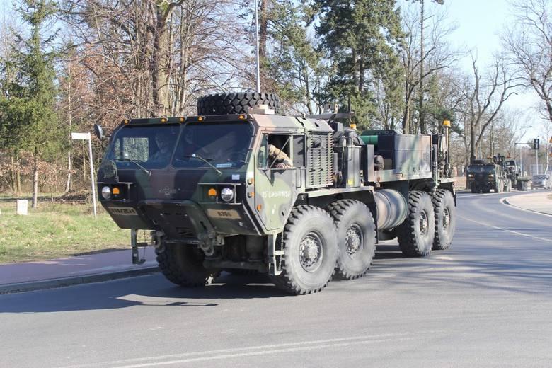 Międzynarodowy konwój wojsk NATO pojawił się we wtorek w podpoznańskim Biedrusku.Przejdź do kolejnego zdjęcia --->