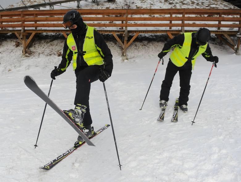 Zimą policjanci pełnią służbę nie tylko na ulicach. W Przemyślu można ich spotkać na stoku narciarskim.