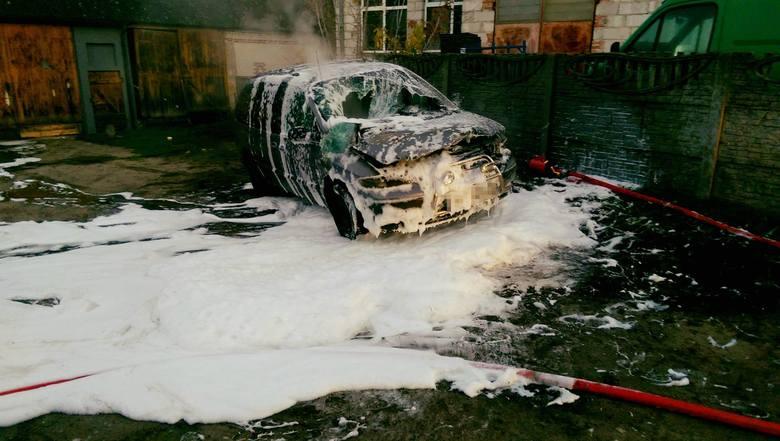 Do niebezpiecznej sytuacji doszło na jednej z posesji w Konarzycach. Wybuchł tam pożar samochodu.