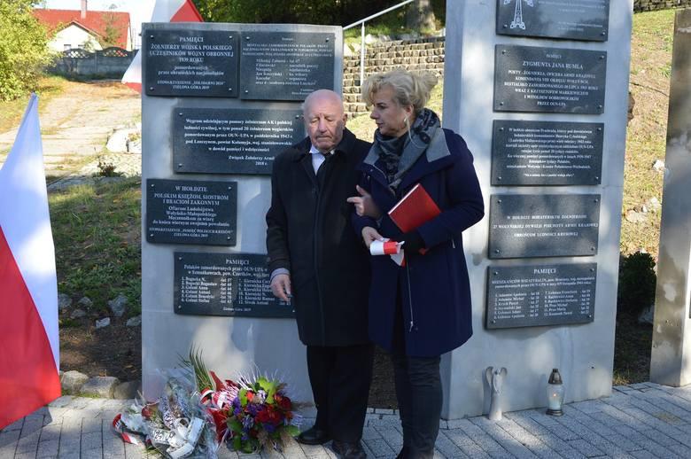 Łężyca. Uroczystości przy pomniku Ofiar Ludobójstwa dokonanego w latach 1939-1947 przez OUN-UPA na Kresach. Eugeniusz Ilmak w towarzystwie córki Małgorzaty
