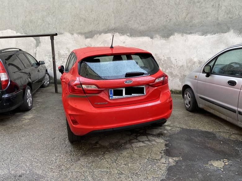 Sześć samochodów popisanych farbą przy ul. Dzierżona w Opolu