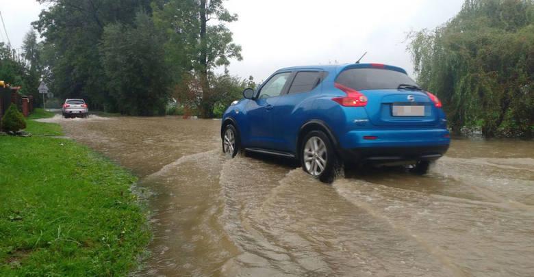 Lokalnie podtopienia w woj. śląskim po gwałtownych i intensywnych deszczachSą już lokalne podtopienia. W pow. bielskim jeden z dopływów rzeki Jasienicy