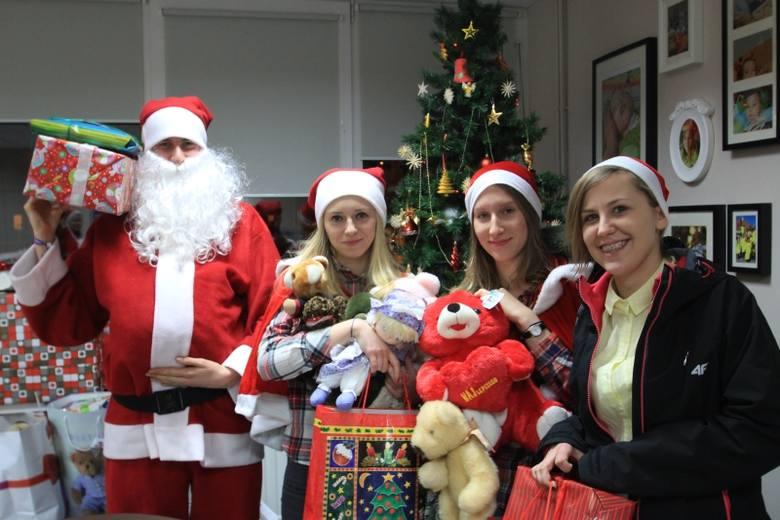 Mikołaje - wolontariusze wożą prezenty do podopiecznych hospicjum dla dzieci (zdjęcia)