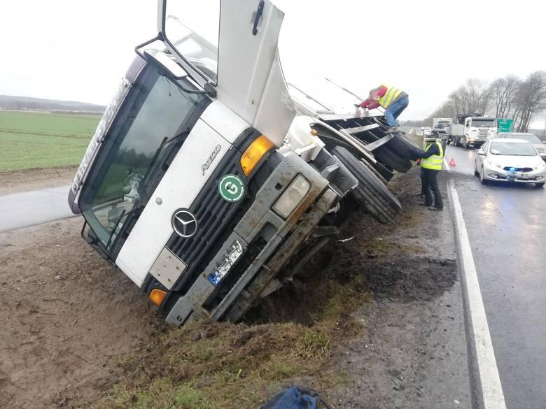 W piątkowy poranek na drogach w regionie panują trudne warunki do jazdy. Na drodze krajowej nr 11 w pobliżu Kretomina samochód ciężarowy zjechał do rowu.