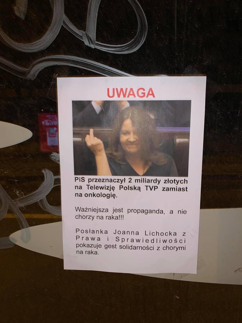"""Posłanka Lichocka pokazała środkowy palec. Ktoś rozwiesił plakaty w Szczecinie: """"Ważniejsza jest propaganda, a nie chorzy na raka"""" ZDJĘCIA"""