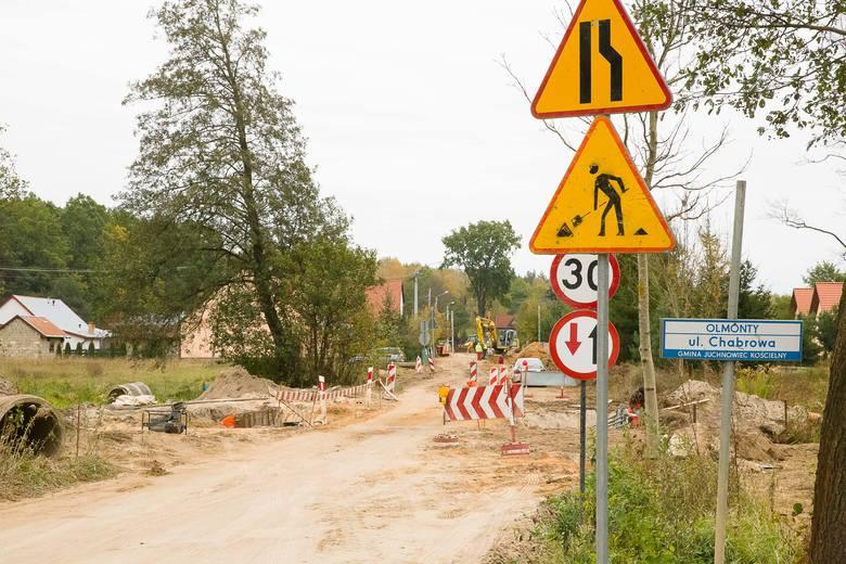 Jezdnia asfaltowa, chodniki po obu stronach. Tak będzie wyglądała droga łącząca Olmonty ze Stanisławowem. Właśnie rozpoczęła się jej modernizacja.