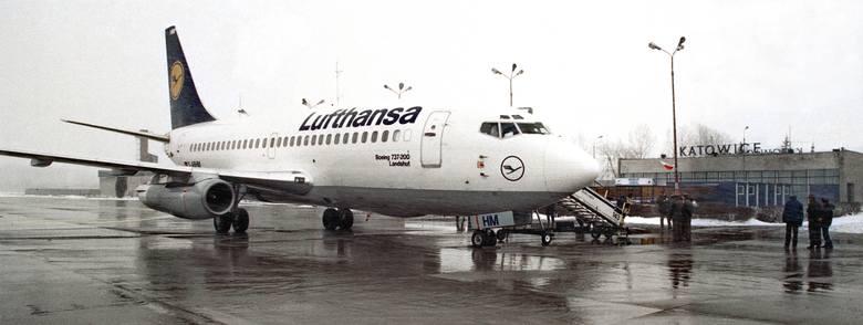 """27 marca 1993: Pierwsze lądowanie samolotu Lufthansy w Katowicach. Przelot był obsługiwany przez Boeinga 737. """"Katowice czekały aż 54 lata, aby na powrót zostać międzynarodowym portem lotniczym. Stało się to z chwilą gdy, pomimo iż był to koniec marca, na zasypanych śniegiem lotnisku, wylądował z..."""