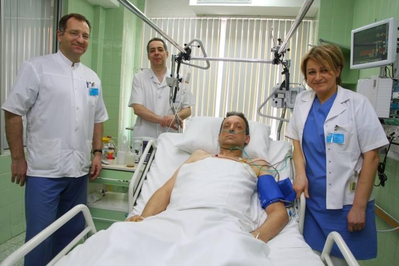 - Byłem bardzo chory, teraz nabieram coraz więcej siły - mówi Tadeusz Płóciennik. Obok  stoją lekarze z Oddziału Anestezjologii i Intensywnej Terapii: