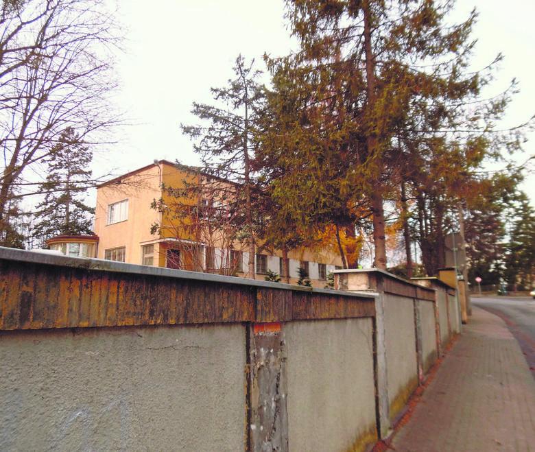 Za tym murem podczas drugiej wojny światowej działy się potworne sceny. Również po wojnie, gdy budynek przejął Urząd Bezpieczeństwa tortury obywateli miasta były na porządku dziennym