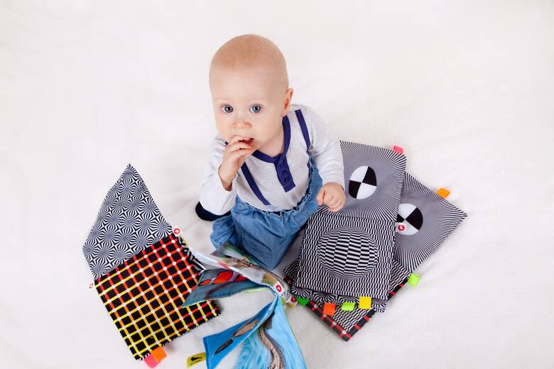 Umiejętność samodzielnej zabawy to bardzo dobra cecha, warto zacząć naukę już od pierwszych dni życia szkraba!