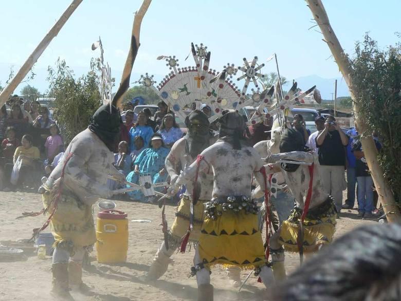 Wiele elementów tradycji, obyczajów i wierzeń wciąż jest bardzo żywych i praktykowanych przez współczesne grupy indiańskie na Południowym Zachodzie. Na zdjęciu fragment trzydniowych uroczystości inicjacji dziewcząt w plemieniu Apaczów San Carlos we wschodniej Arizonie (jedna z dwóch dziewcząt...