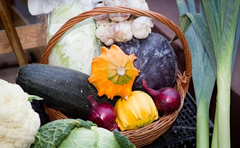 08.11.2011 walbrzych sklep z warzywami galeria owocowo warzywna pani elzbiety kosinskiej sklep warzywa warzywniak owoce jesien handel spozywczy dariusz
