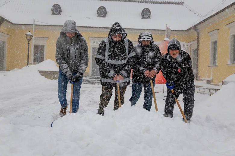 Zima w Białymstoku 2019. Śnieg zasypał miastoZobacz też: Obraz po śnieżycy. Miasto zasypane, komunikacyjny koszmar i kilkanaście stłuczek