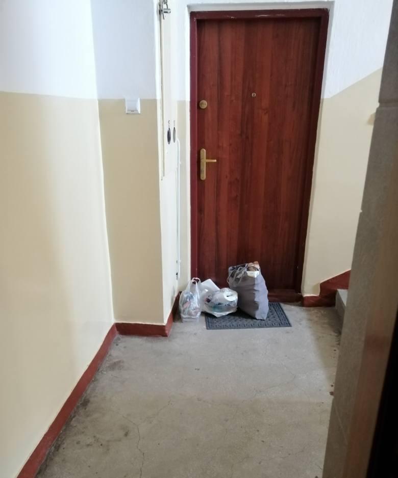 Przed drzwiami mieszkania, w którym przebywają pracownicy Danwoodu, rodziny zostawiają torby z jedzeniem