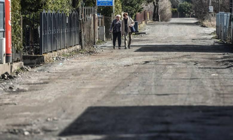 Łucka jest jedną z tych ulic, które zyskają nawierzchnię, ale z płyt ażurowych. Drogowcy chcą wypróbować tę pilotażową metodę, bo jest tańsza i szybsza