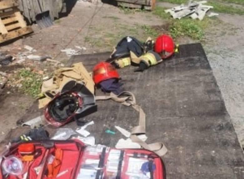 Groźny wypadek w Borętach gm. Lichnowy 9.07.2020. Podczas rozbiórki budynku na mężczyznę zawaliły się ściany i strop