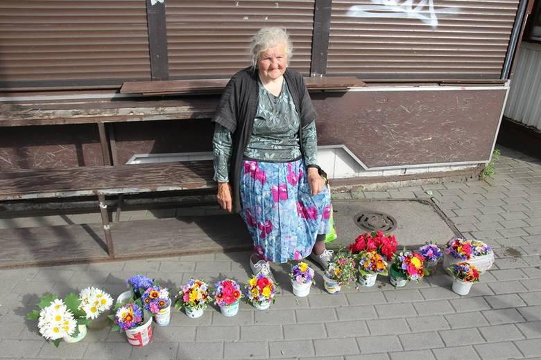 """Jedną z bohaterek albumu """"JEst ŻYCiE"""" jest pani Wandzia - autorka najpiękniejszych małych bukiecików na Rynku Jeżyckim i dobry duch tego miejsca, które choć wciąż wygląda jak dawniej, to dookoła niego co rusz powstają nowe lokale i modne knajpy."""